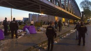 Эвакуация лагеря беженцев возле станции метро Сталинград продолжалась около двух часов, Париж, 2 мая 2016.
