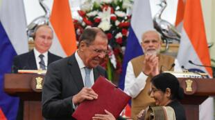 Ngoại trưởng Nga, Sergei Lavrov (trái) và đồng sự Ấn Độ bà Sushma Swaraj trao đổi văn bản ký kết hợp tác song phương nhân chuyến công du Ấn Độ của tổng thống Putin. Ảnh ngày 05/10/18.
