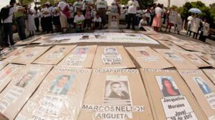 Frente a la embajada de México en El Salvador, familiares de emigrantes salvadoreños exhiben carteles con los retratos de personas desaparecidas durante su tránsito por México rumbo a  Estados Unidos, el 9 de mayo de 2012.
