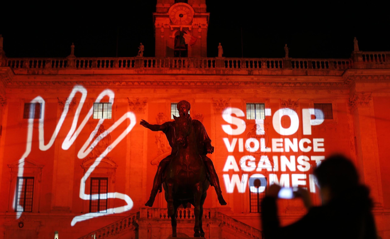 2013年11月25日,意大利首都街头的国际消除针对妇女的暴力日活动投影。