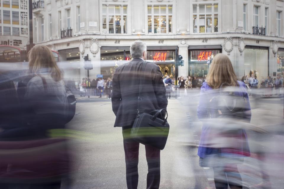 Image générique d'un homme dans une rue de londres.