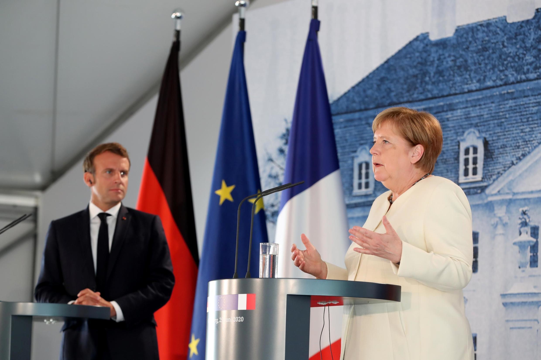 Thủ tướng Đức Angela Merkel và tổng thống Pháp Emmanuel Macron họp báo chung tại lâu đài Meseberg, gần Berlin, ngày 29/06/2020.