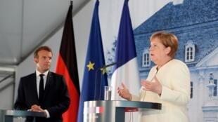 Ангела Меркель и Эмманюэль Макрон впервые встретились после начала пандемии для обсуждения плана по перезапуску европейской экономики на фоне кризиса, 29 июня 2020 года.