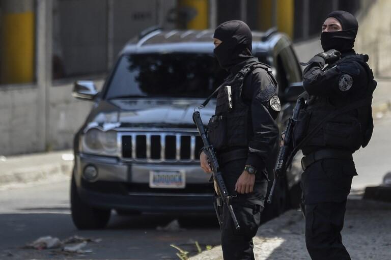 Les forces de sécurité devant le QG du Service d'intelligence national vénézuélien, à Caracas le 17 mai 2018.