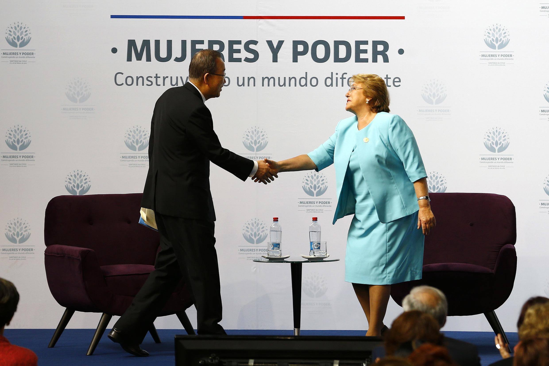 La presidenta chilena, Michelle Bachelet, y el Secretario General de la ONU, Ban Ki-Moon, durante la cumbre sobre la mujer en Santiago, el 27 de febrero de 2015.