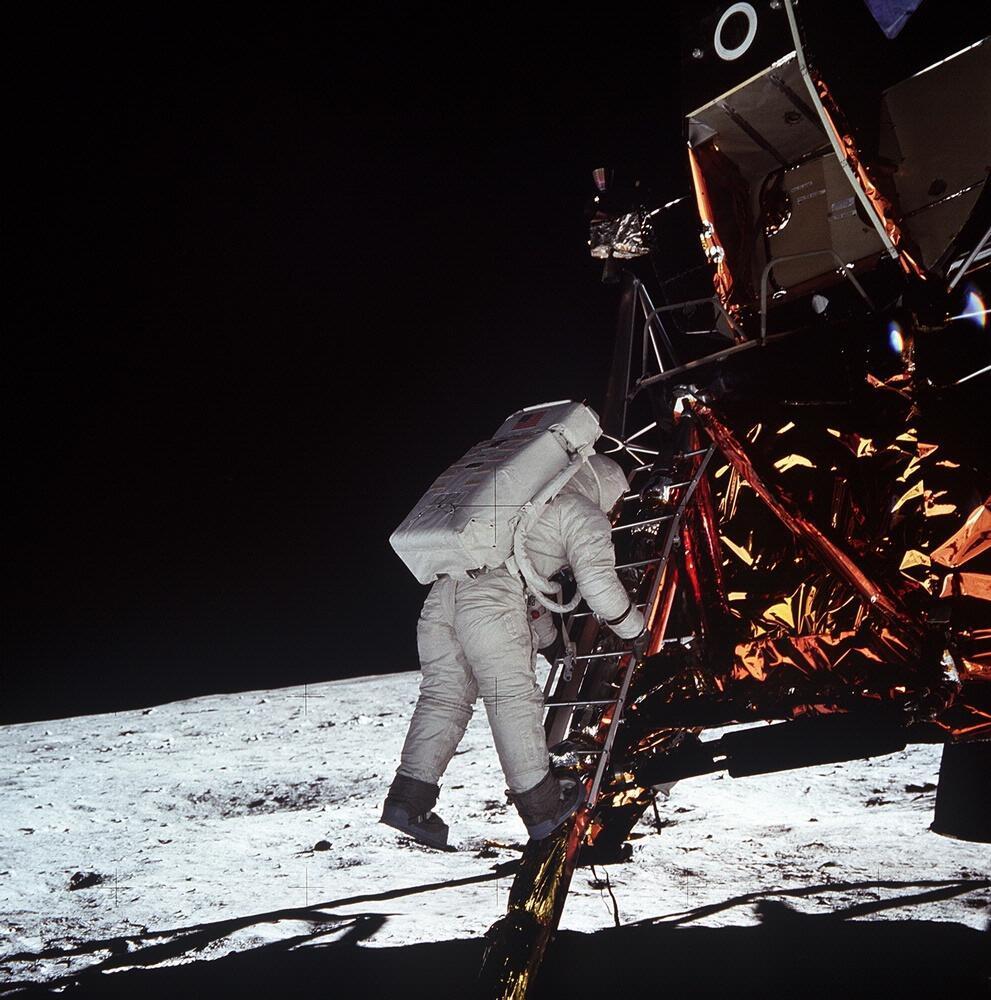 Buzz Aldrin នៅពេលកំពុងចុះពីយាននៅលើព្រះចន្ទ។ Neil Armstrong ដែលជាអ្នកចុះពីយានមុន គឺជាអ្នកថតរូបនេះ។