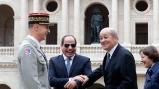 ប្រធានាធិបតី អេហ្ស៊ីប លោកAbdel Fattah al-Sisi (ស្តាំ) ចាប់ដៃសើច រលាក់ជាមួយរដ្ឋមន្រ្តីការបរទេសបារាំង លោក Jean-Yves Le Drian (ស្តាំ) នៅក្នុងពិធីបុណ្យកងទ័ពនៅទីក្រុងប៉ារីសកាលពីខែតុលា ឆ្នាំ ២០១៧