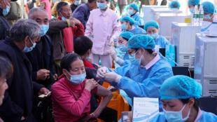 China ya administró más de mil millones de dosis de la vacuna contra el covid-19