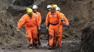 Equipes de socorro continuam as buscas das vítimas do deslizamentos de terra causados pelas fortes chuvas que atingiram o país.
