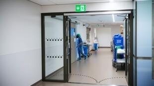 Una doctora trabaja en la unidad de cuidados intensivos de un hospital de Estocolmo que atiende a pacientes de COVID-19 el 11 de junio de 2020