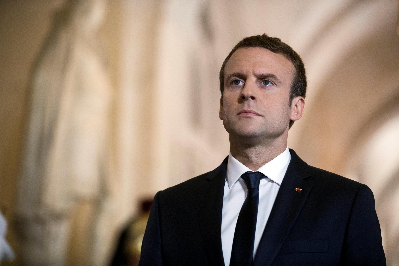 Tổng thống Pháp Emmanuel Macron đi qua Galerie des Bustes (Hành Lang Tượng Bán Thân) để đến hội trường điện Versailles, phát biểu trước toàn thể Nghị Viện Pháp. Ảnh ngày 03/07/2017.