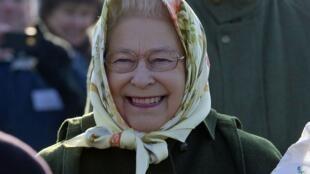 A Rainha Elizabeth II da Inglaterra participa de evento simbólico de plantação de árvores em comemoração a seu Jubileu de Diamantes, nesta última sexta-feira, 3 de fevereiro.