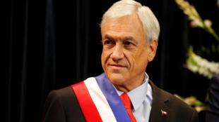 Sebastian Piñera a promis aux 300 000 Boliviens et Péruviens résidant illégalement au Chili une procédure qui leur permettraient de se régulariser, mais il durcit les procédures d'entrée pour les candidats boliviens qui souhaiteraient émigrer à l'avenir.