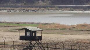 La zone démilitarisée (DMZ). La Corée du Nord se trouve sur la rive d'en face.