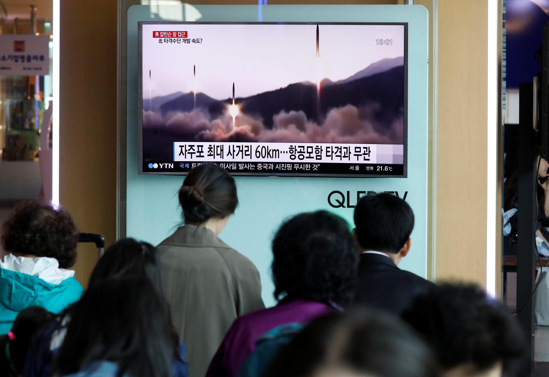 در یک ایستگاه راهآهن در سئول، مردم در حال  تماشای یک گزارش خبری تلویزیونی در رابطه با پرتاب موشک کره شمالی هستند. شنبه ٩ اردیبهشت/ ٢٩آوریل ٢٠۱٧،