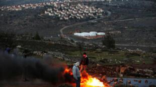 Protesto com queima de pneus próximo na Cisjordânia, depois que Israel anunciou a construção de 3.000 novos alojamentos .01/02/17