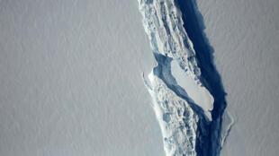 Вид с воздуха на шельфовый ледник Ларсен С 10 ноября 2016. В июле 2017 года он откололся от материковой части Антарктиды.