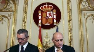 O ministro da Justiça espanhol Alberto Ruiz-Gallardon (à esq.) e o ministro do Interior Jorge Fernandez Diaz lamentaram a decisão da Corte Europeia neste 21 de outubro de 2013.