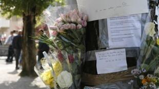 Des fleurs posées à l'endroit où Sofiane et Kevin ont été sauvagement assassinés à Echirolles, près de Grenoble.