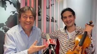 El violinista germano-uruguayo Oscar Bohórquez y Jordi Batallé en RFI