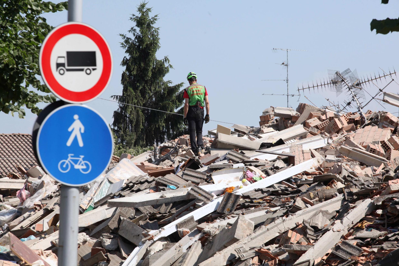 Homem anda sobre os escombros após o terremoto na região de Módena, na Itália, nessa terça-feira.