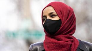 """La legisladora estadounidense Ilhan Omar, una de las dos mujeres musulmanas en el Congreso, ha sido criticada por comentarios en los que acusó a Estados Unidos de """"atrocidades impensables"""" a la par de las de Hamás y los talibanes."""