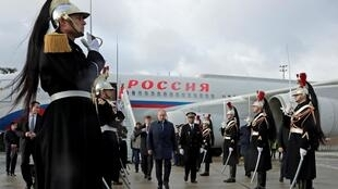 Tổng thống Nga Vladimir Putin được đón tiếp trước lúc tham gia thượng đỉnh tại Paris (Pháp) ngày 09/12/2019.