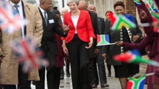 A Primeira-ministra britânica, Theresa May, perto duma escola da cidade do Cabo, na África do Sul, a 28 de Setembro de 2018.