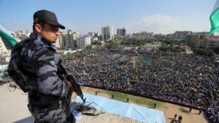 Un membre de la sécurité du Hamas surveille un rassemblement des partisans de l'ancien leader du Fatah à Gaza Mohamed Dahlan, à l'occasion de l'anniversaire de la mort de Yasser Arafat, à Gaza le 9 novembre 2017.