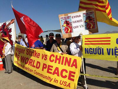 Cộng đồng người Việt tập hợp biểu tình ở Cali (nguồn : báo Người Việt)