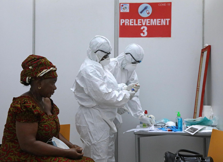 Dans un centre de dépistage de Covid-19 à Abidjan, une femme attend son tour pour être testée, le 15 avril 2020.