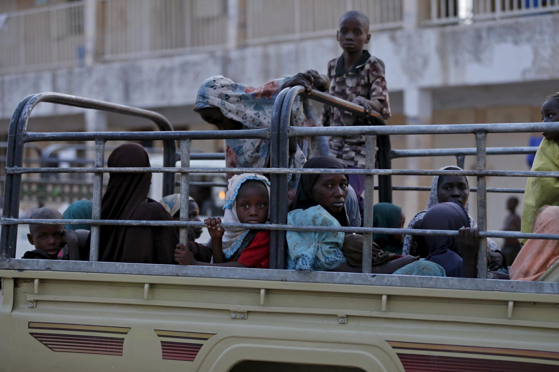 Mulheres e crianças que foram libertadas de Boko Haram, foram transportadas para o campo de refugiados de Yola, em Adamawa na Nigéria.