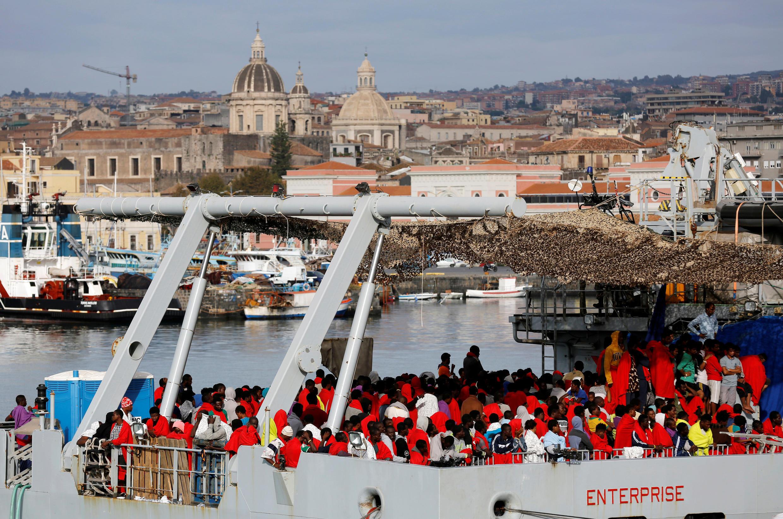 Migrantes esperam para desembarcar na Sicília, sul da Itália, em 23 de outubro de 2016.