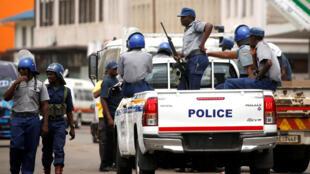 Patrouille policière à Harare, le 20 janvier.