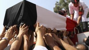 Los egipcios comenzaron a enterrar a las víctimas de la violenta represión del ejército en El Cairo. Segón un último balance oficial las víctimas mortqles ascienden a 578 personas