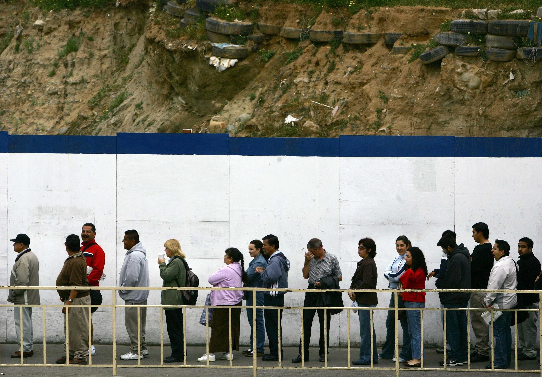 Des Mexicains attendent en ligne pour traverser la frontière entre le Mexique et les Etats-Unis, à Tijuana au Mexique, le 6 mai 2012.