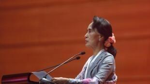 Аун Сан Су Чжи на мирной конференции в Бирме, 12 января 2015 г.