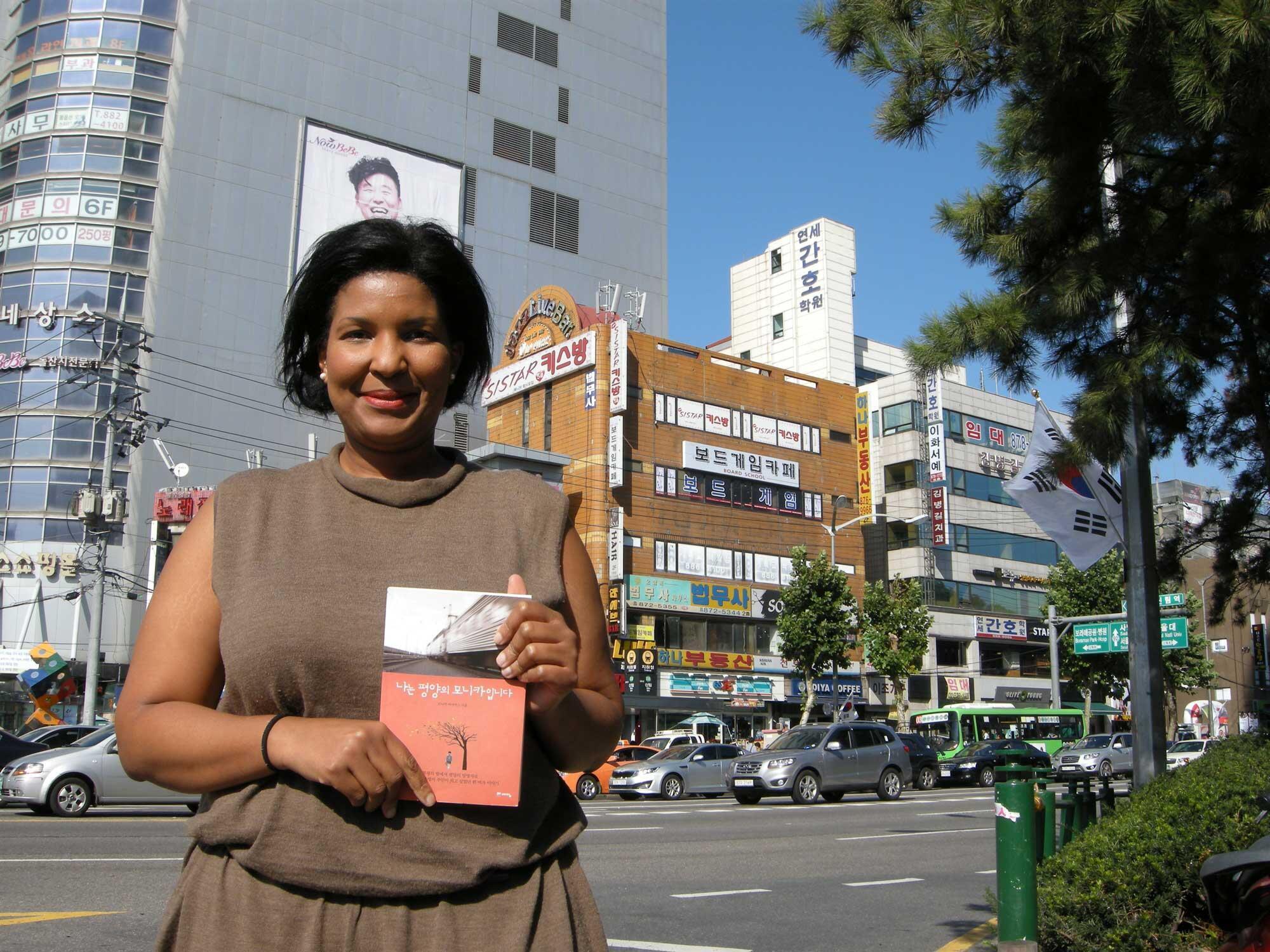A Séoul, Monica Macias, Equato-Guinéenne et l'autobiographie qu'elle vient de publier. «Je suis coréenne», explique-t-elle.