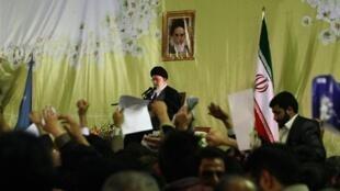 Téhéran surveille de près «l'attitude hostile» des Etats-Unis, a déclaré l'ayatollah Khamenei lors de son discours à Mashhad, dans le nord de l'Iran, le 21 mars 2010.