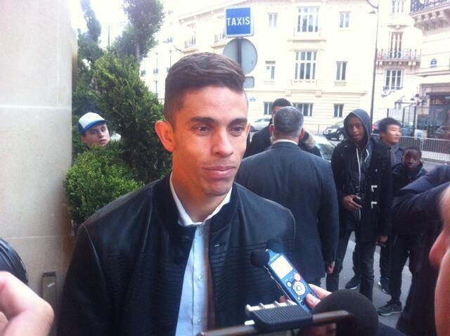 O zagueiro Gabriel Paulista, do Arsenal, na chegada em Paris.