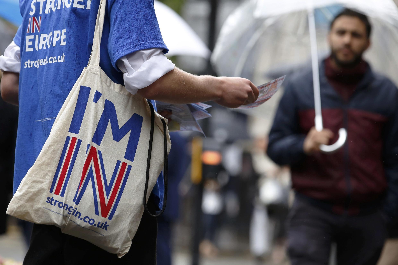"""A Londres, expatriados europeus fazem campanha pelo """"Fico"""" do Reino Unido"""