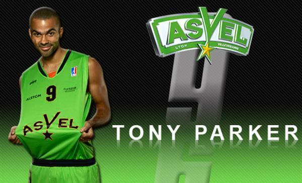 Tony Parker pose avec le maillot de l'ASVEL. ®©