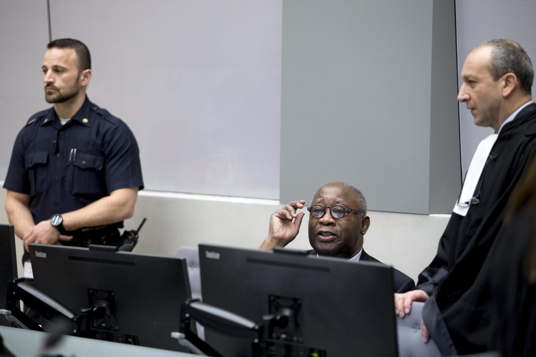 لوران بگ بُو و وکیلش در انتظار شروع جلسه دادگاه جنایی بینالمللی در لاهه هلند. ٢٨ ژانویه ٢٠١٦
