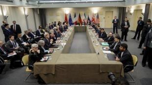 Le Groupe des 5+1 et les responsables iraniens réunis à Lausanne, le 30 mars 2015.