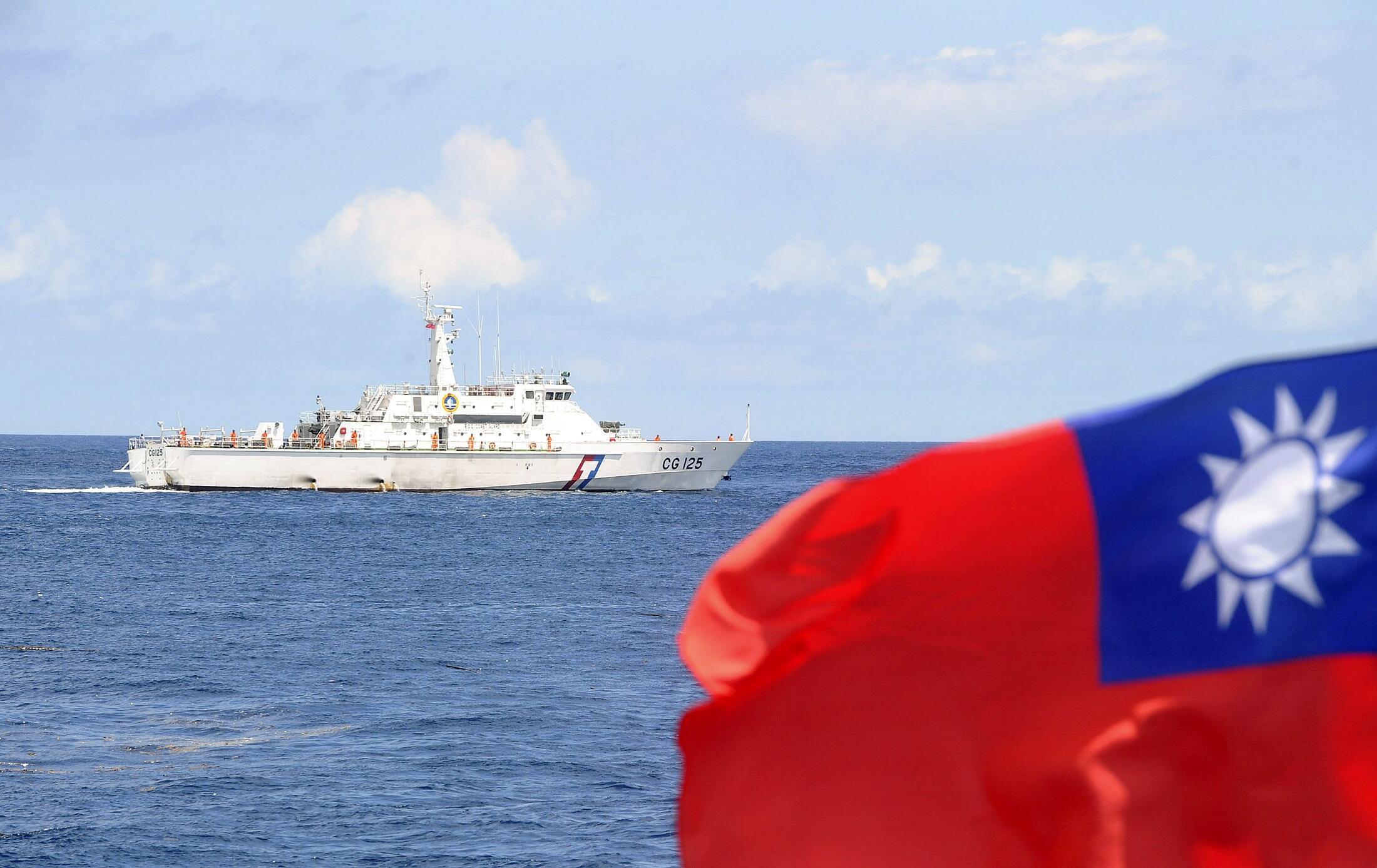 Tàu tuần duyên của Đài Loan và tàu Trung Quốc trong vùng Biển Đông (REUTERS)