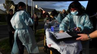 Des médecins dans une zone de tests pour le Covid-19 à Melbourne en Australie, le 26 juin 2020.