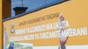 Bango lililowekwa picha ya  rais wa Tanzania John Pombe Magufuli kwenye ukuta wa kilomita 24 uliojengwa karibu na mgodi wa tanzanite wa Merelani karibu na Mlima Kilimanjaro, Aprili 11, 2018.