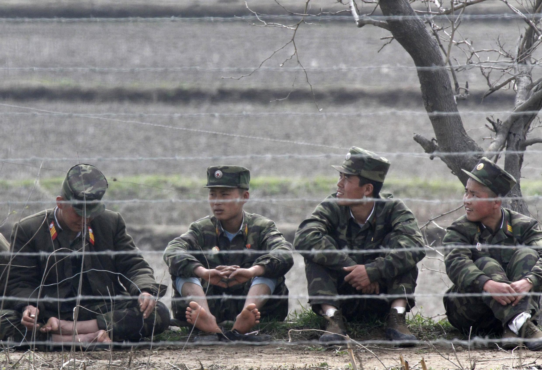 Lính Bắc Triều Tiên tại đảo Hwanggumpyong nằm giữa sông Áp Lục, ranh giới giữa thành phố Sinuiju của Bắc Triều Tiên và Đan Đông của Trung Quốc. Ảnh chụp ngày 30/04/2012.