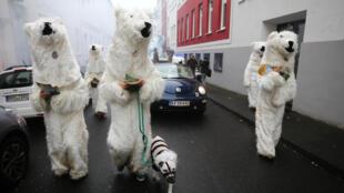Manifestantes disfrazados de osos polares caminan por las calles de Bonn. 11 de noviembre de 2017.