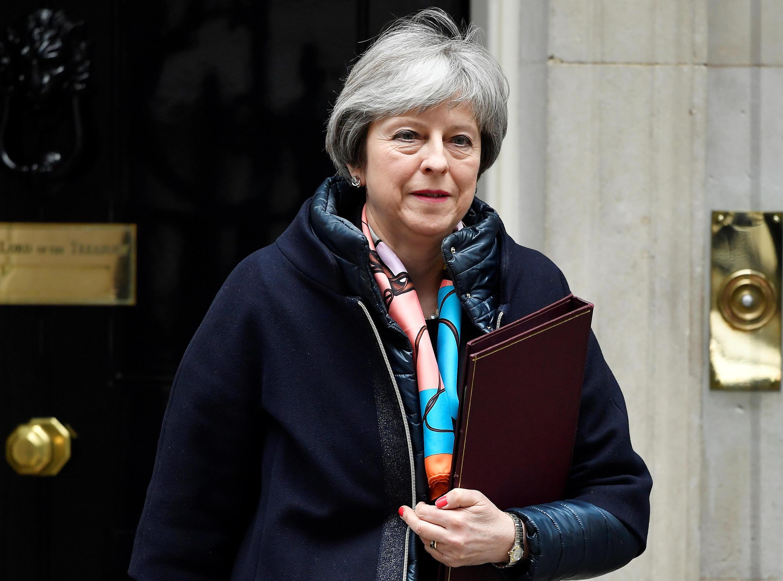 A Primeira - ministra britânica, Theresa May, em frente do 10 Downing Street, em Londres. 13 de Março de 2018